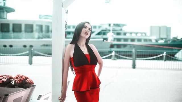 Kırmızı Elbise Nasıl Kombinlenir?